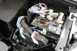Central elétrica tem entrada de fios por cima, bom para diagnósticos