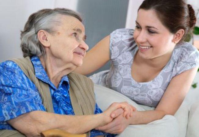 Dacă ai în grijă un bătrân, poți lucra cu jumătate de normă, dar cu salariu pentru normă întreagă