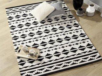 Un tapis graphique ethnique noir et blanc.
