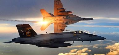 """Dois F/A-18 Super Hornets do esquadrão de caças """"Strike"""" 31 durante uma patrulha de combate no Afeganistão aos 15 de Dezembro de 2008. Imagem: Sgto. Aaron Allmon da USAF."""