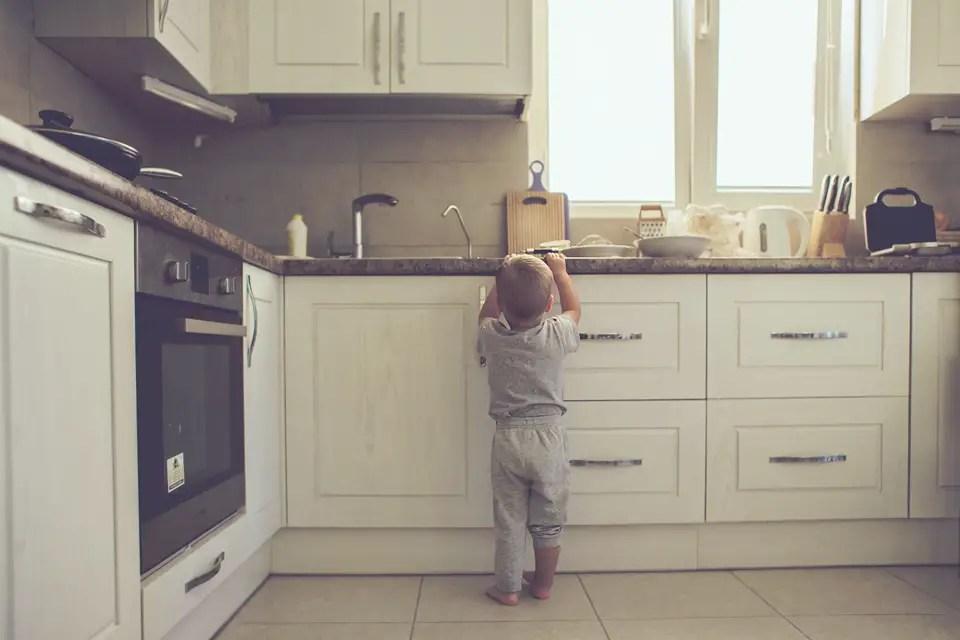 Ist meine Wohnung kindersicher? Die 10 besten Tipps! BabyPlaces - kueche kindersicher machen tipps