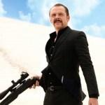 Kill Me Three Times: il trailer vietato ai minori della dark comedy con Simon Pegg