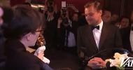 Oscar 2016: il video di Leonardo DiCaprio che aspetta che venga applicata la targhetta al suo Oscar!