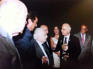 """Un bronzo del Circolo """"Giacomo Giardina"""" di Bagheria donato all'Unesco. - Consegnato da Hafez Haidar all'ex capo del giornalismo arabo"""