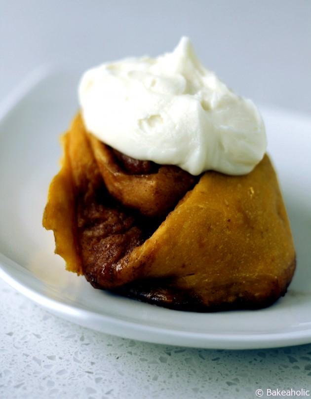 Pumpkin Cinnamon Rolls // bakeaholic.ca
