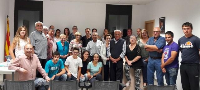 Albert Hermoso acompanyat de la seva família i amics a l'Ajuntmaent d'Os de Balaguer