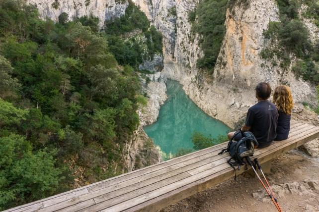 Dos persones contemplant la bellesa del Congost de Mont-rebei