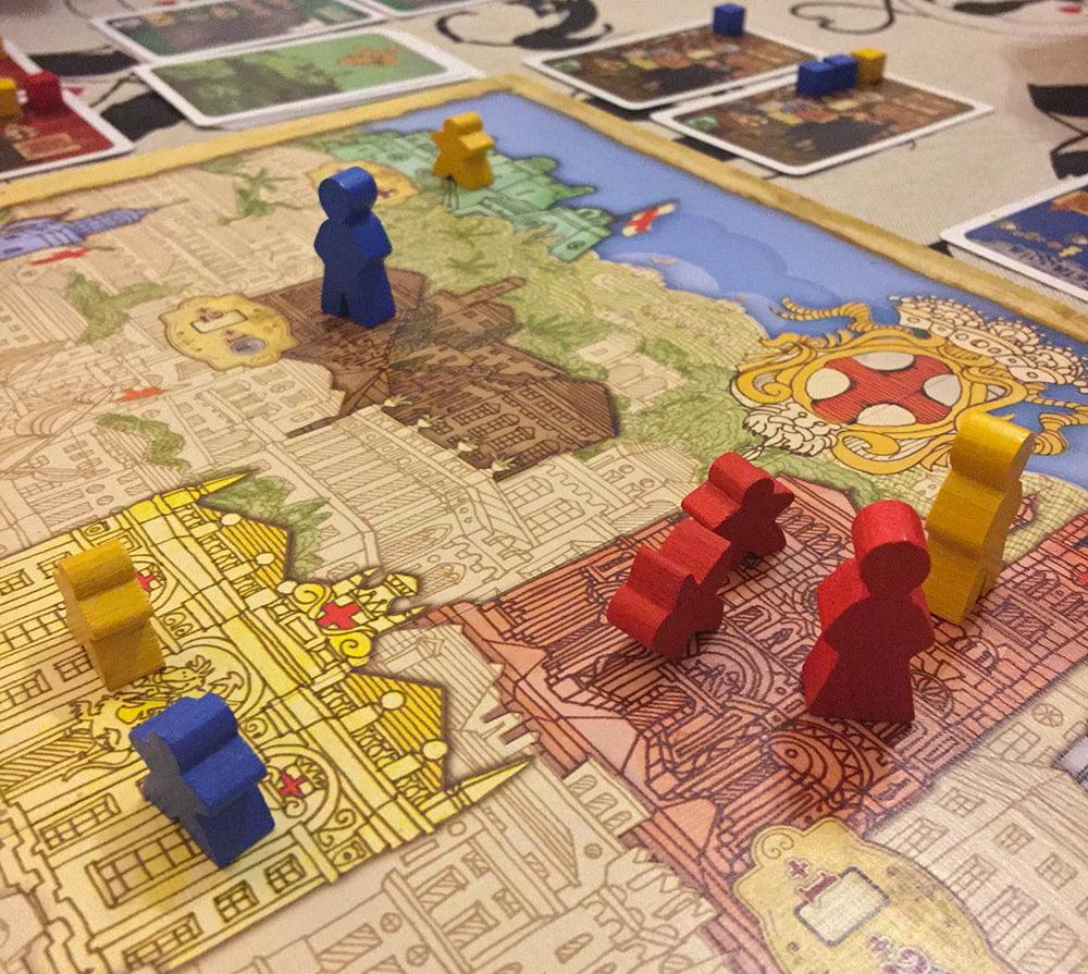 Il giocatore rosso ha deciso di prendere con la forza la maggioranza sulla Cattedrale, perché ha 2 carte Obiettivo che gli garantiranno un bel bonus a fine partita.