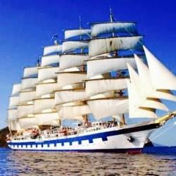Kapal Pesiar Berlabuh di Lovina