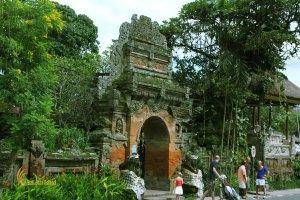 ubud, bali, palace, ubud palace, puri saren, tourists, destinations, tourist destinations