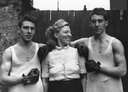 Младите братя Крей с майка си Виолет. Снимка: BBC