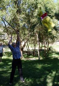 Bas slaat de piñata