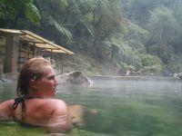Bas in het warme bad van de Fuentas Georginas bij Zunil