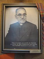 Portret van Monsigneur Romero, met beschadiging op dezelfde plek als de schotwond waaraan hij is gestorven