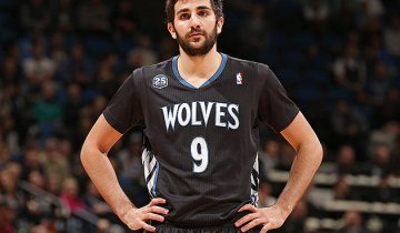 Ricky-Rubio-feels-the-weight-of-the-world-and-some-sleeves-on-his-shoulders.-Jordan-Johnson-NBAE-Getty-Images