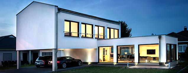 Haus mit satteldach moderne architektur bauhaus haus for Haus satteldach modern