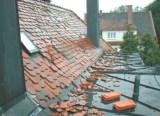 Von einem Sturm gelöste Biberpfannen auf einem Steildach