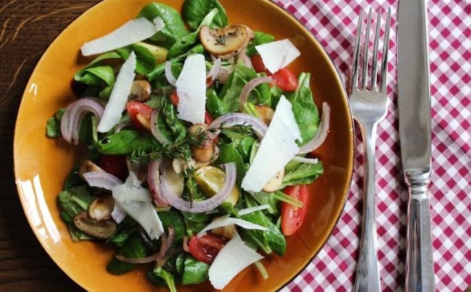 Herst salade met paddenstoelen