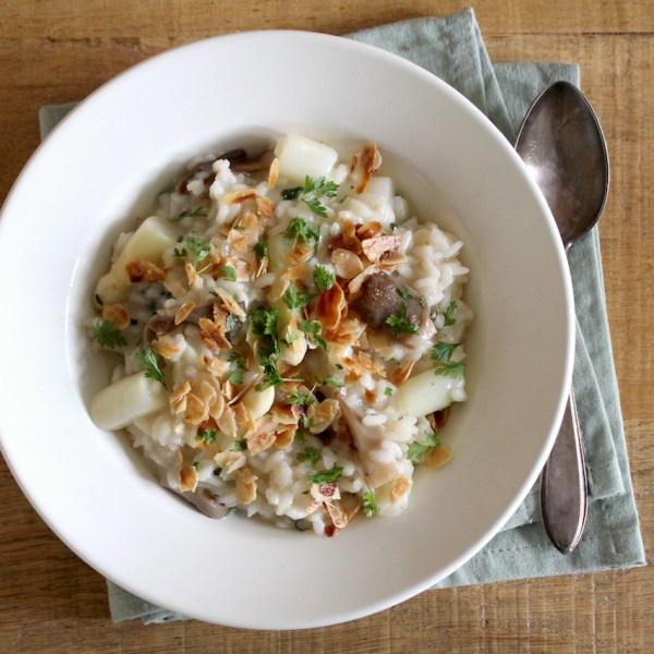 Witte asperge risotto met oesterzwammen, kervel en amandel