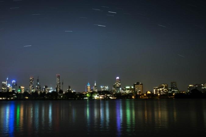 Er zijn ook een paar sterren te zien over de stad