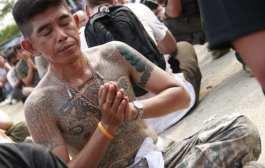 Монах шокировал публику стойкой на пальце