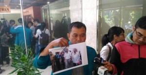 Bukti Foto Bersama Novanto dengan Terdakwa Andi Narogong