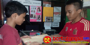 Fajar Nugroho Saat Melayani Customer (Foto: Kiki)