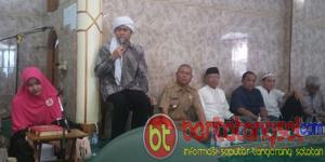 Hj. Cece Kirani, Ust. H. Aa Hadi , Lurah Pedurenan H. Supriatman dan Warga. (Foto Dok)
