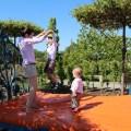 Die Mutter und ihr Hobby im Schlosspark Oranienburg