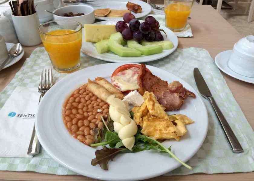 Zopfkäse und englischer Frühstücksspeck. Frühstück, wie ich es mag.