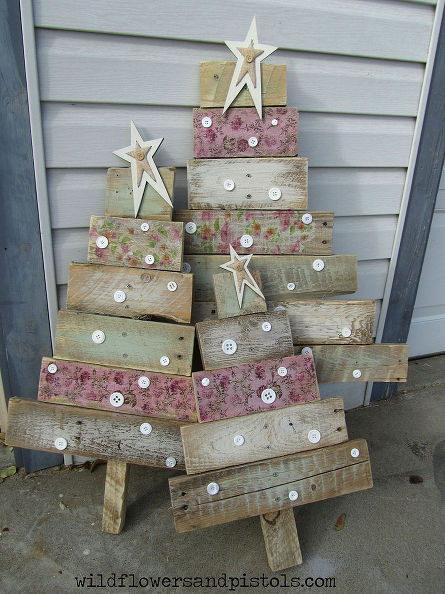 110 DIY Pallet Ideas for Projects That Are Easy to Make and Sell - simple christmas tree decorating ideas