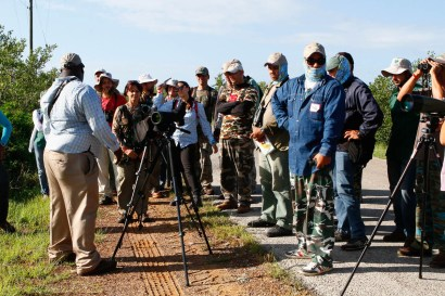 Beny gives tips on shorebird ID. (photo by Ernesto Reyes)