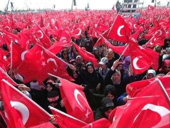 Tausende-schwenken-in-Istanbul-tuerkische-Flaggen