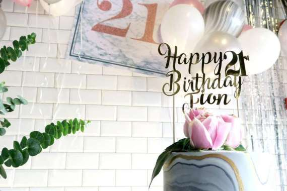 Whimsical-Marble-Birthday-Party-Golden-Cake-Topper