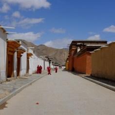 Straßenszene aus dem Klosterkomplex.