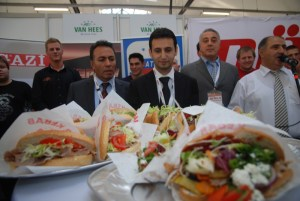 Tarkan Tasyumruk, CEO des Vereins Türkischer Dönerhersteller neben Remzi Kaplan, kultiger Döner-Produzent