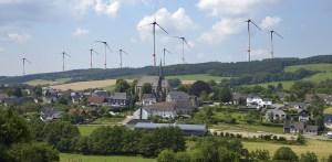Die von den beiden Interessengemeinschaftem aus Hellefeld und Westenfeld angefertigte Montage zeigt den Blick über Hellefeld auf die Hellefelder Höhe.