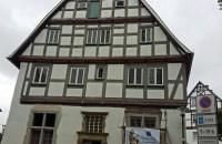 Haus Honnigh mit den wiederhergestellten großen Kreuzstockfenstern links und rechts vom Eingangsportal. Foto: oe)