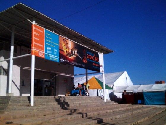 La Cinemateca en Pampatar con la sala móvil al fondo