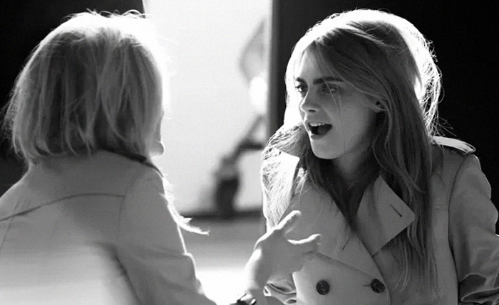 cara e kate no backstage do  shooting