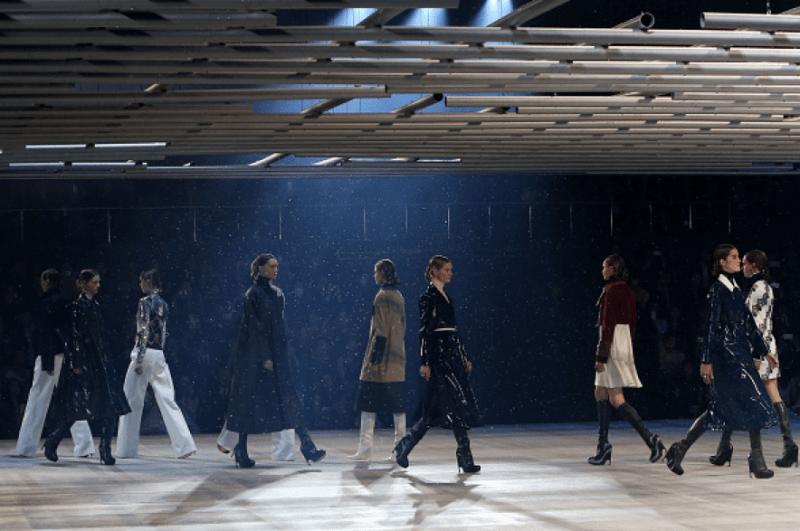 Fila final do desfile Dior com cenário futurista