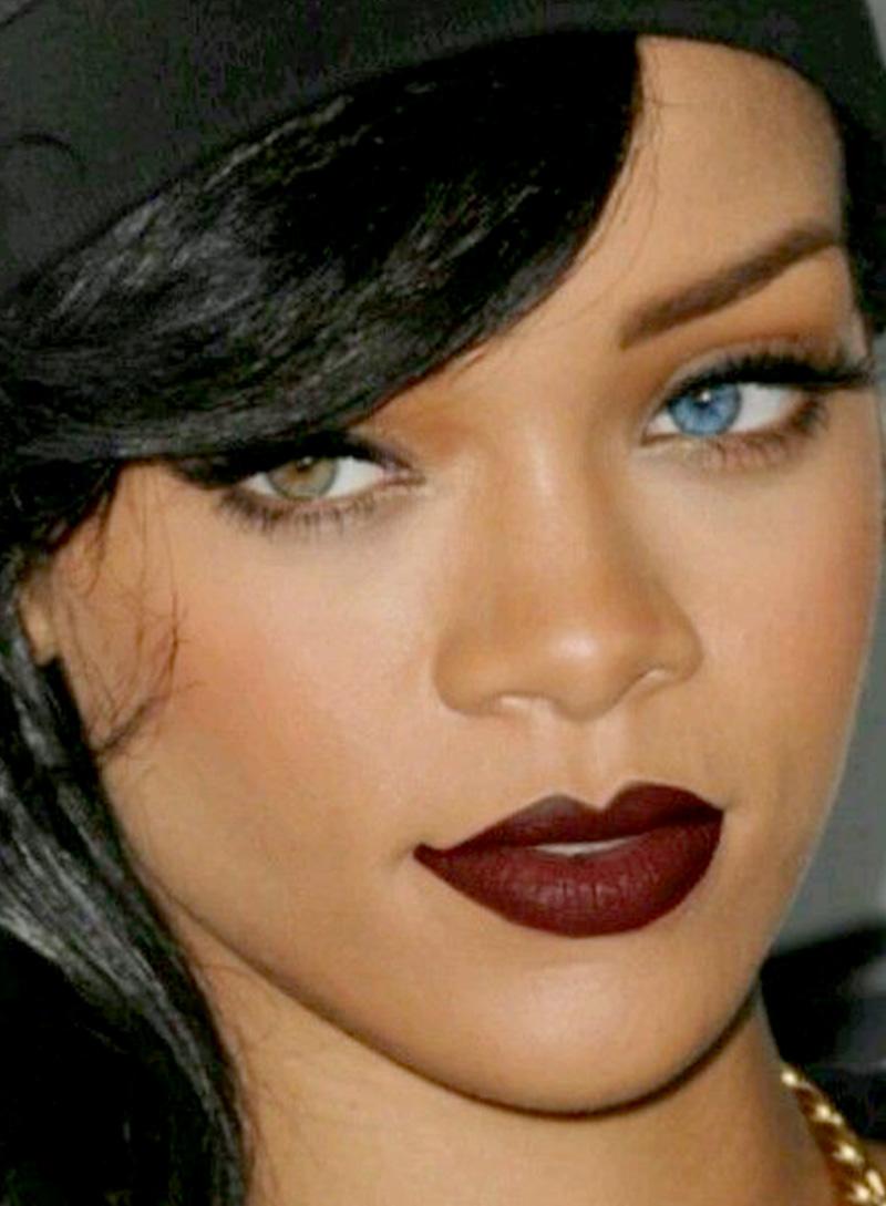 A musa Rihanna que é super adepta dos bocões escuros bem desenhados !