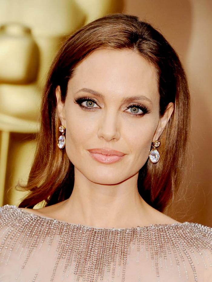 A para terminar, Angelina Jolie, com um nude mais escuro, com contorno na boca.
