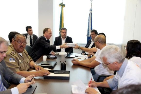 Allan Carneiro entregou ao secretário Alessandro Carvalho um abaixo-assinado com quase 12 mil assinaturas coletadas por membros da sociedade civil organizada de Santa Cruz.