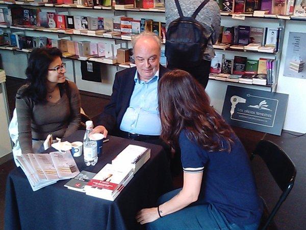 Con Lola Fernández en el stand de Los oficios terrestres.