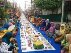 Kaum Perempuan Mengikuti Acara Saprahan Warga Kampung Bansir 2015