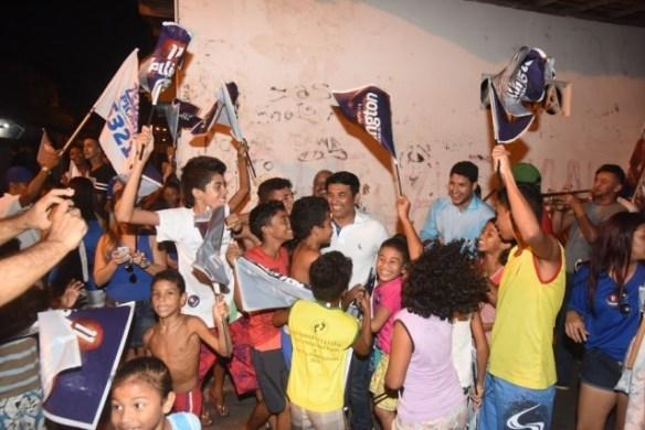 Crianças e jovens receberam Wellington com carinho no conjunto Vinhais
