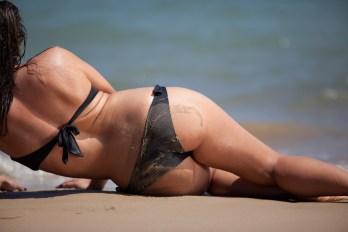 ragazza di schiena sulla spiaggia