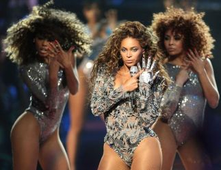 Beyonce and backing dancers performing single ladies live