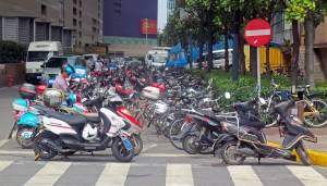 Parked_motorbikes_in_Pudong